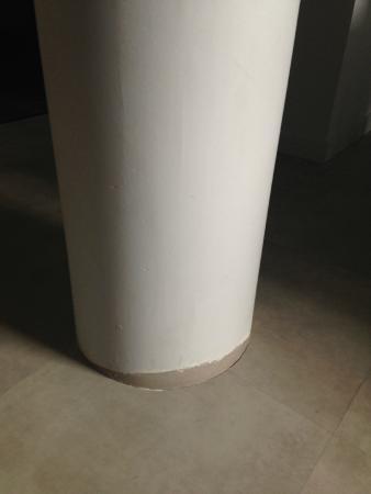 manque peinture pilonne au milieu du salon - Picture of ...