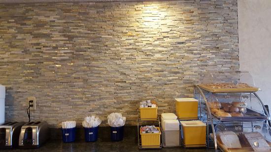 Days Inn Monroeville Pittsburgh: BEAUTIFUL upgrade to the breakfast area