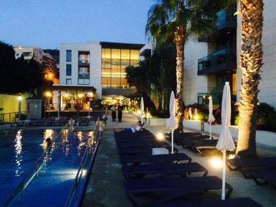 Golden Residence: Zwembad met op de achtergrond het restaurant en de lounge.