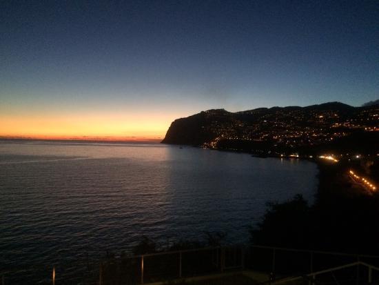 Golden Residence: De ondergaande zon vanaf het terras aan de oceaan.