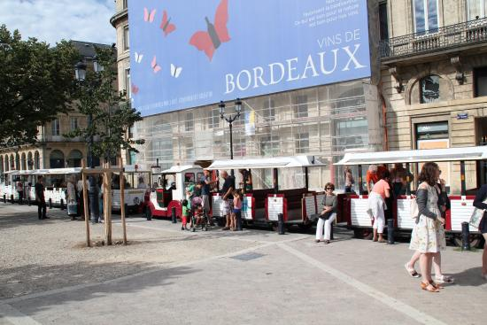 The train across from the tourist office photo de petit train touristique bordeaux bordeaux - Office du tourisme aquitaine ...