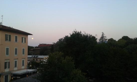 Hotel Nuova Italia: Vista dalla stanza questa mattina, con la luna piena ancora lì