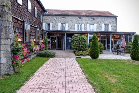 L\'entrée de l\'hôtel - la piscine avec vue sur la montagne - Photo de ...