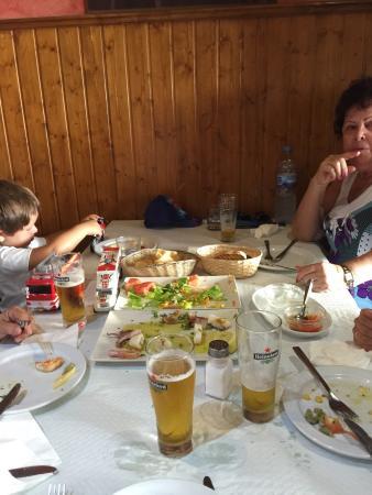 Los Arenales, Испания: Espectacular el calamar por no hablar del solomillo trinchado con ajetes!!!!! Trato familiar ...
