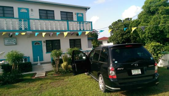 Tropical Dreams Rentals: front view of hotel, very easy parking
