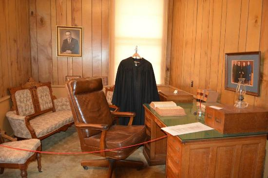 Old Courthouse Museum: Judge Office