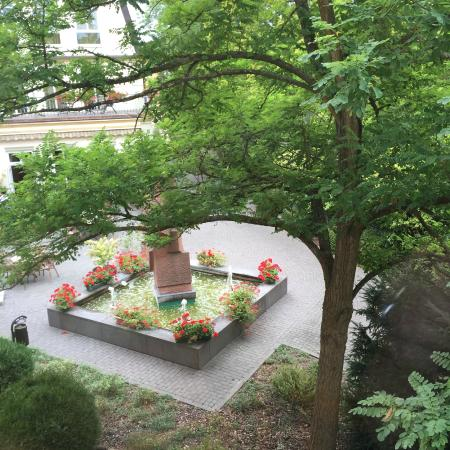 Best Western Wein-Und Parkhotel Nierstein : nice patio, view from room