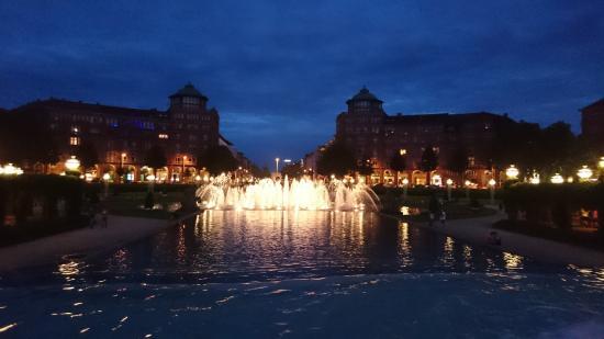 Rosengarten Mannheim: Фонтан в парке поздним вечером