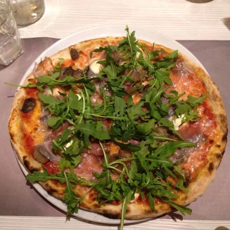 Pizzeria Perhonen : Pizza Philadelphia e funghi con aggiunta di speck e ricola