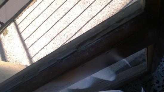 Marghera, Italia: balcone polveroso e sudicio