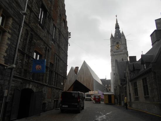 Belfry and Cloth Hall (Belfort en Lakenhalle): El pabellón y la torre. La plaza queda a mano derecha al fondo.