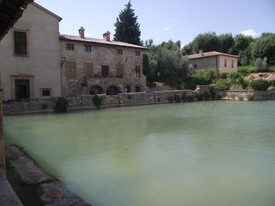 La vasca termale - Picture of Terme Bagno Vignoni, Bagno Vignoni ...