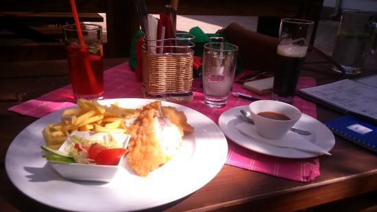 Prerov, Tjeckien: cordon bleu avec les frites et la sauce barbecue