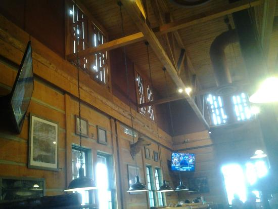 Montana's BBQ & Bar: didnt want to violate anyone's privacy so I could only get a shot towards the ceiling.
