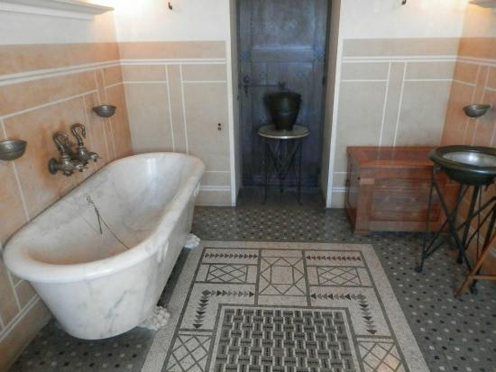 salle de bain picture of villa grecque kerylos beaulieu sur mer tripadvisor. Black Bedroom Furniture Sets. Home Design Ideas