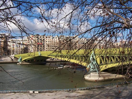 B 226 Timents Modernes Mais Tellement Jolis Le Long De La Seine Picture Of Seine River Paris