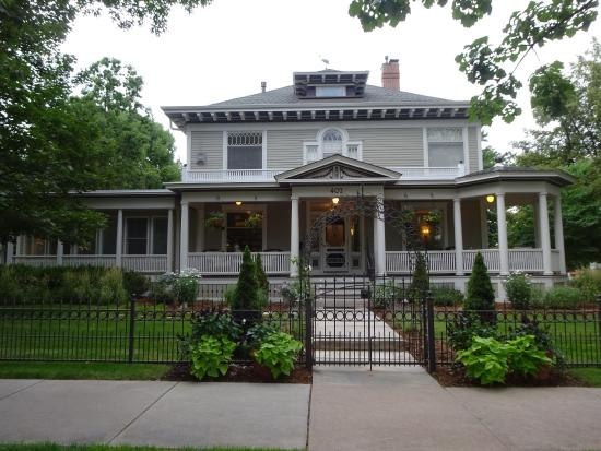 The Edwards House: See the lovely front porch!