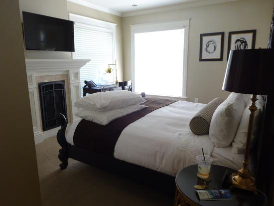 The Edwards House: The Avery Suite - see - the extra pillows were already there awaiting our arrival - Nice!