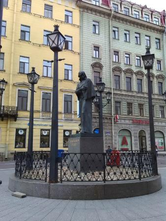 ‪Monument to Gogol‬