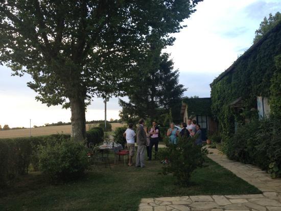 Auberge de la Tuilerie: Menue im Garten mit allen Gästen des Hauses