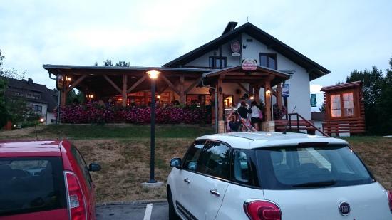 Вид на ресторан с дороги
