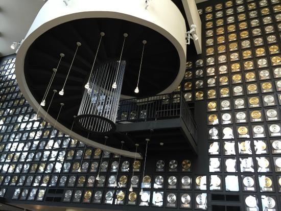 Country Music Hall of Fame and Museum: Nice wall display with platinum record sales awards