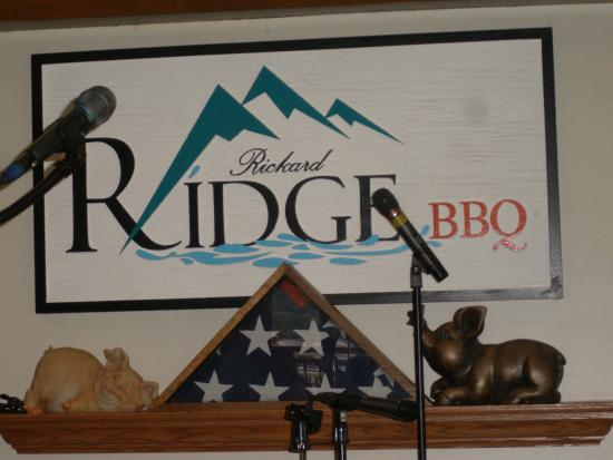Rickard Ridge BBQ: Sign inside dining room by stage