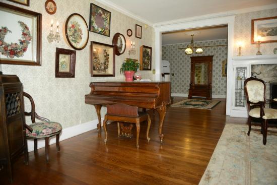 Alexander Hamilton House: Living room