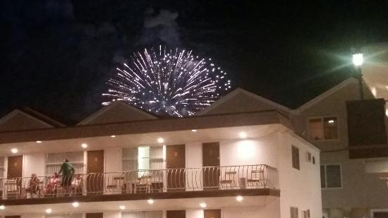 Ivanhoe Motel and Apartments : Fireworks above the Ivanhoe