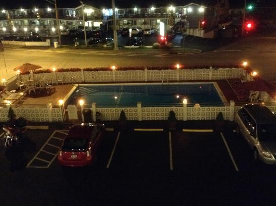 Econo Lodge Downtown: Outdoor pool at night