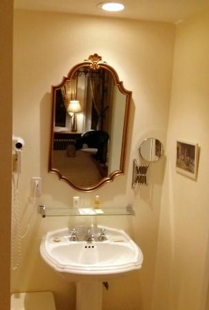 Relais Charles-Alexandre: Lavatory in the room
