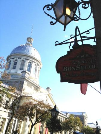 Auberge Bonsecours: Right across from the Marche Bonsecours!
