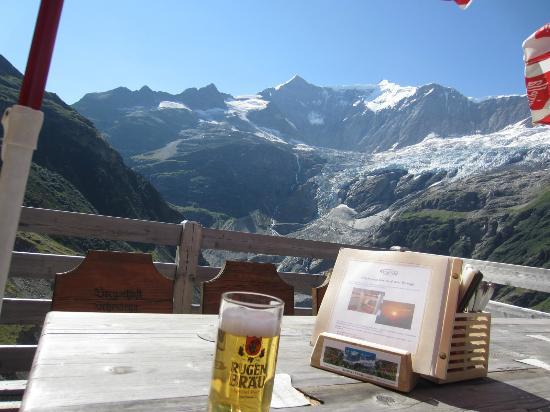 Restaurant Berghaus Baregg: なんとうれしいことにインターラーケンで作られたビール。ルーゲンブラウの生ビール!あっさり爽やか!