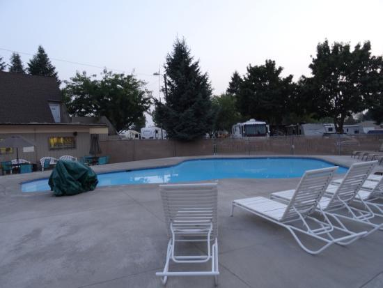 Spokane KOA : Pool area.  So cold!