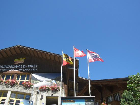 Grindelwald, Schweiz: ホテルサンスターの前の道をわたり、少し登ったら乗り場です。スイスは交通費がとても高いので、6日間乗り放題のユングフラウパスを買いました。チケットを並んで買う時間の短縮を考えても元は取れると思い
