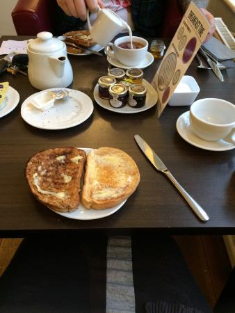 Warwick Arms Hotel: Breakfast-started with toast and coffee.
