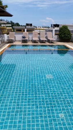 Patong Princess Hotel : Rooftop pool.