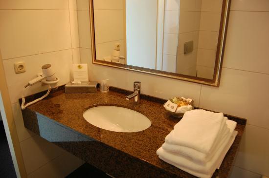 Bathroom picture of best western hotel nobis asten for Best western bathrooms