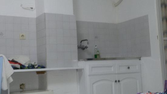 Lo studios interrato. La cucina senza alcun angolo cottura. Il ...