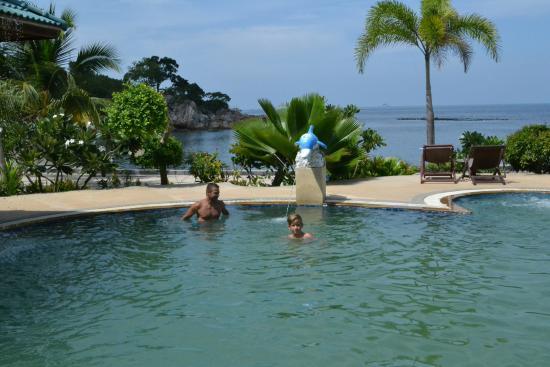 Haad Tian Beach Resort Koh Phangan: Velmi izolovaný resort. Nutnost mít skútr. Hezká pláž s korálový útesem. Příjemný velký bazén. W