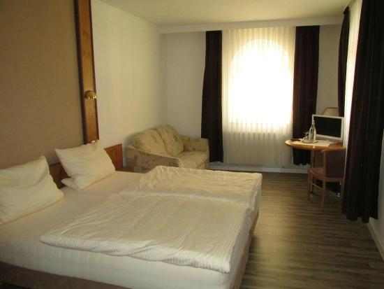 Hotel Restaurant Piazza: 広い部屋で、エアコンなしでもひんやり涼しかった。Bedも良好。