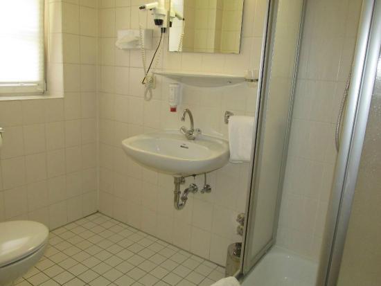 Hotel Restaurant Piazza: トイレと洗面、シャワー