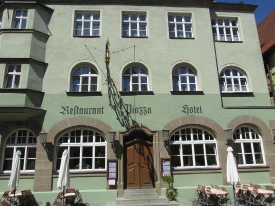Hotel Restaurant Piazza: メインストリートに面しています。入り口はRestaurant Piazza Hotel