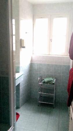 Hotel Jean XXII : Salle de bain avec évier, douche, toilettes et fenêtre.