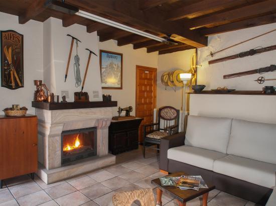 Chimenea y comedor: fotografía de Casa de la Montaña, Avín - TripAdvisor
