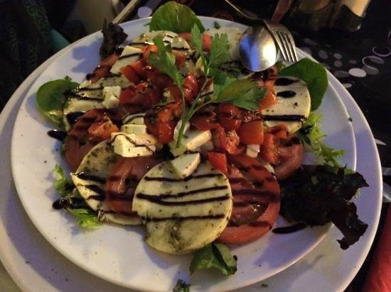 Boardriders Grill and Bar: Homemade Caprese Salad/Ensalada Caprese de la casa