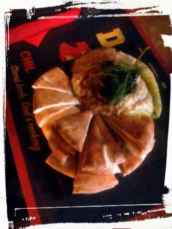 Boardriders Grill and Bar: Homemade Hummus with Pita bread/Hummus casero con pan de pita