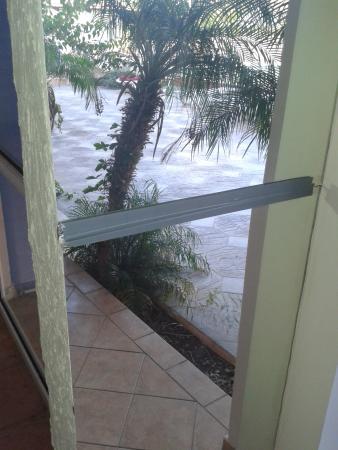 Saint Konstantin Hotel: Specchi tenuti insieme dal nastro isolante vicino alla piscina