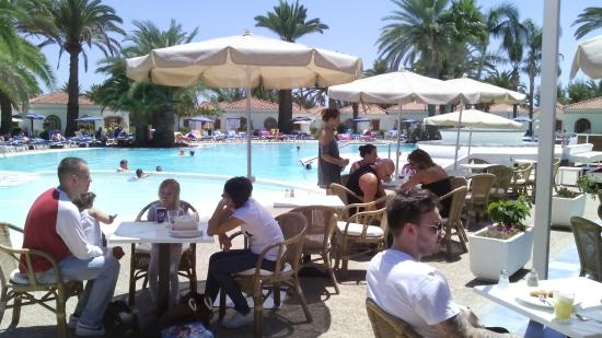 Terracita junto a piscina y comedor exterior picture of for Suitehotel jardin dorado
