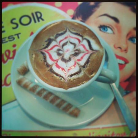 Especialidad en cafés. Amplia carta junto con infusiones y chocolates.